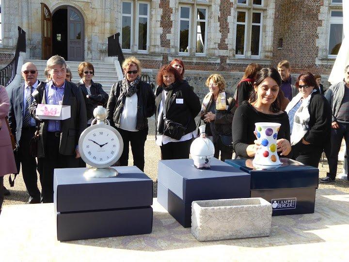 3 superbes lampes furent offertes aux membres présents dont la Bonbon dans les main de Séverine